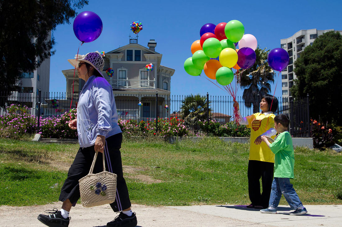 More volunteers distributed balloons along the lakeside.